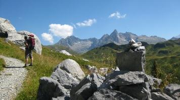 Hiking to Lac de Pormenaz along TMB © montblancfamilyfun.com