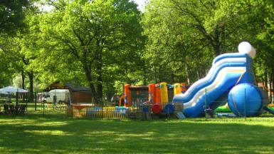 Lac de Passy Mont-Blanc Kids bouncy castles © montblancfamilyfun.com