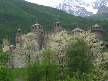 Castelo di Fenis in springtime © montblancfamilyfun.com