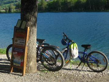 Lac de Passy - bike stop at les Criques © montblancfamilyfun.com