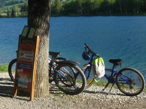 Lac de Passy - bike stop at la Buvette des Criques © montblancfamilyfun