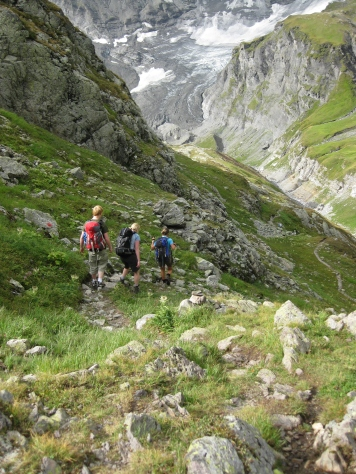 Heading down from Refuge de Loriaz via Le Couteray © montblancfamilyfun.com