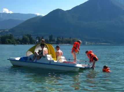 Pedalo fun on Lac d'Annecy © montblancfamilyfun.com