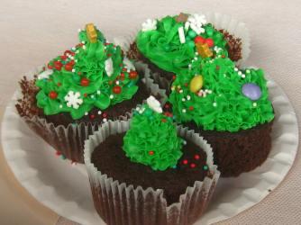 """Making cupcakes at Journées """"Venez choisir et couper votre sapin"""" © montblancfamilyfun.com"""