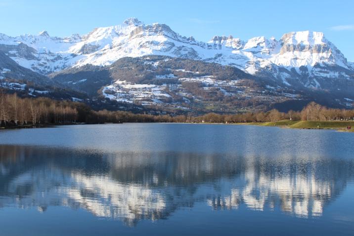 A winter stroll at Lac de Passy © montblancfamilyfun.com